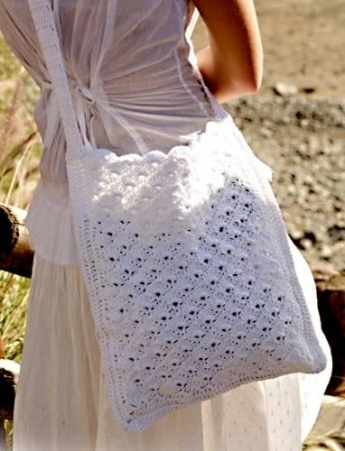 Летняя сумка связанная из пряжи белого цвета прекрасно подойдут к летнему костюму.  Модель сумки связанной крючком.