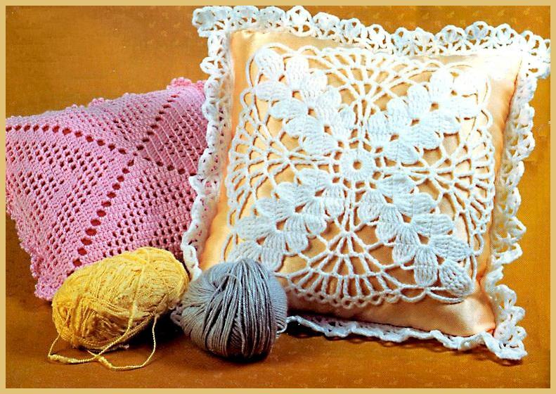 Вязаная розовая подушка и